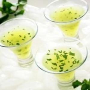 Receita de Água de coco com frutas e hortelã