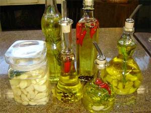Receita de Azeites perfumados com ervas, dentes de alho e pimentas