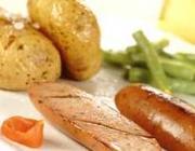 Batatas ao murro com salsichão grelhado