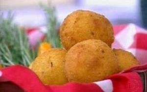 Receita de Bolinhos de angu com recheio de queijo