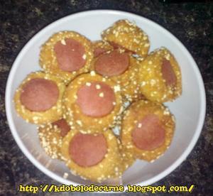Receita de Bolinhos de salsicha sequinhos com massa de fubá