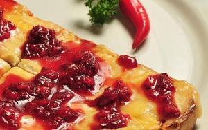 Receita de Bruschetta de queijo brie com geleia de morango