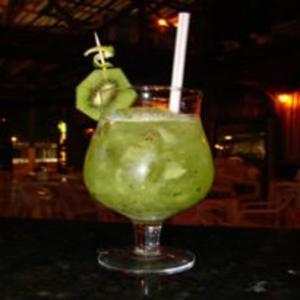 Receita de Caipirinha de sake com kiwi