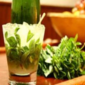 Receita de Caipirinha de Saquê com Limão e Manjericão