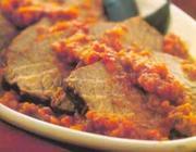 Carne assada ao molho sugo de tomate