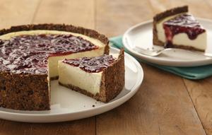 Receita de Cheesecake com Massa de Ameixa e Calda de Frutas Vermelhas