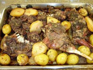 Receita de Cordeiro assado ao vinho com batatas e pêras
