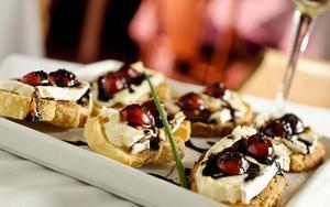 Receita de Crostini de queijo brie com tomate, balsâmico e mel