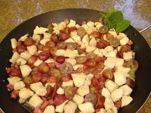 Receita de Cubinhos de frango e paio com uvas e alecrim
