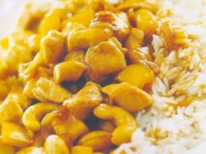 Receita de Frango com castanhas de caju e pimentão sobre arroz