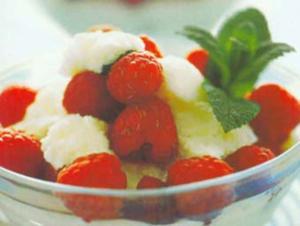 Receita de Iogurte gelado com mel e framboesas