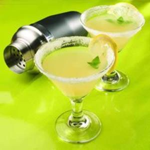 Receita de Lemon drop (coquetel de vodca com limão siciliano)