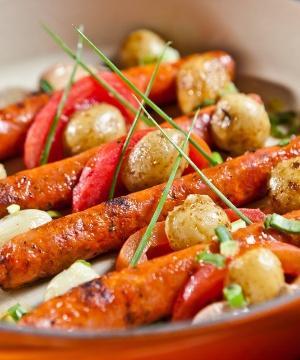 Receita de Linguiça com tomate assado, batatinhas ao murro e ervas
