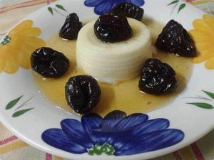Receita de Manjar Branco com Calda de Ameixas