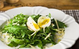 Receita de Ovos com salada de rúcula e parmesão