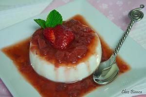 Receita de Panna cotta de chocolate branco com calda de morango