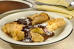 Receita de Panqueca Recheada com Abacaxi e Coco ao Molho de Chocolate