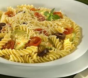Receita de Parafuso ao Molho de Tomate Cereja, Abobrinha e Manjericão