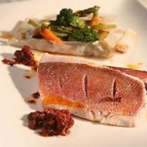 Receita de Peixe em crosta de sal grosso com legumes ao cartoccio