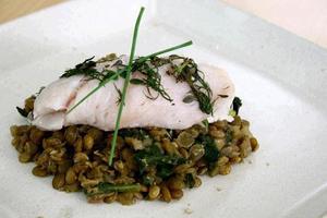Receita de Peixe Sobre Lentilhas e Espinafre