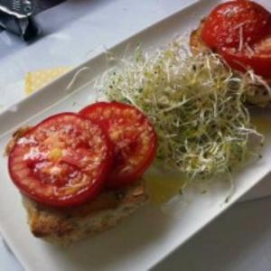 Receita de Pãezinhos com tomate e broto de mostarda