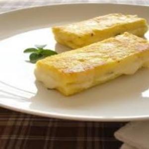 Receita de Polenta grelhada recheada com queijo e manjericão