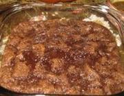 Pudim de pão com chocolate e calda de bourbon e nozes