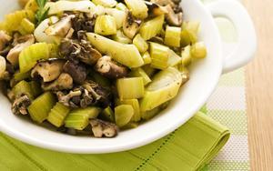 Receita de Refogado de salsão com cogumelos e alho-poró