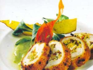 Receita de Rolinhos de frango sobre creme de abacate