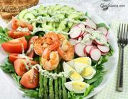 Salada com camarão e molho de iogurte