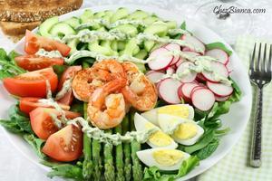Receita de Salada com camarão e molho de iogurte