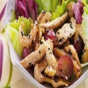 Receita de Salada com iscas de frango e uvas roxas