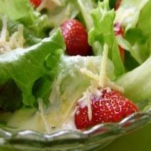 Receita de Salada com morangos e molho de requeijão