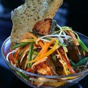 Receita de Salada de atum grelhado com juliana de legumes crocant
