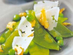 Receita de Salada de ervilhas com nozes e queijo pecorino ao mel