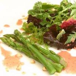 Receita de Salada de Folhas com Aspargos e Macadâmia