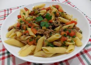 Receita de Salada de macarrão com carne fria e ervas