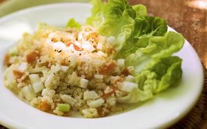 Receita de Salada de quinoa com folhas verdes e damasco seco
