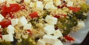 Receita de Salada de Quinua com brócolis e queijo fresco simples