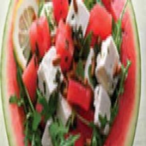 Receita de Salada de Rúcula e Melancia com Queijo Feta e Pinhões
