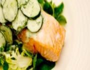 Salmão a vapor com salada de pepino