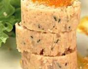 Salsicha de salmão com molho de camarão