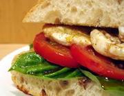 Sanduíche de mussarela com tomate e manjericão