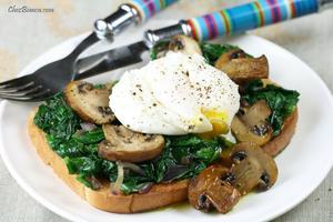 Receita de Sanduíche aberto com espinafre, cogumelos e ovo pochê