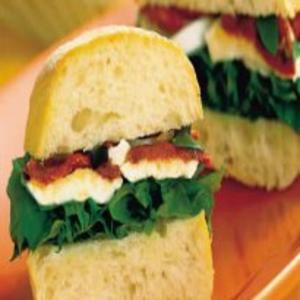 Receita de Sanduíche de Tomate Seco e Rúcula
