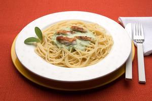 Receita de Spaghetti ao Molho de Agrião e Lascas de Peixe