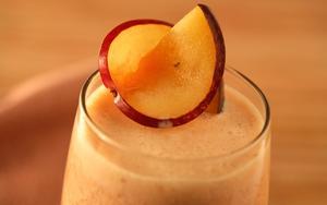 Receita de Suco de laranja com banana e ameixa fresca