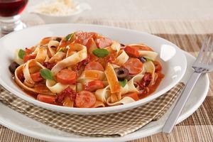 Receita de Talharim com Molho de Tomate Especial com Salsicha