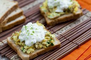 Receita de Torrada de Castanha-do-Pará e Quinoa com Ovos Mexidos