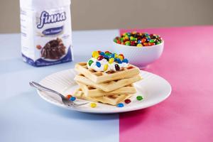 Receita de Waffle com Confeitos de Chocolate e Chantilly